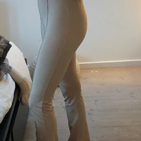 Meget fine bukser fra na-kd, men får dem desværre ikke rigtigt brugt pga. farven selvom de sidder så fint på benene💛 Byd endelig.