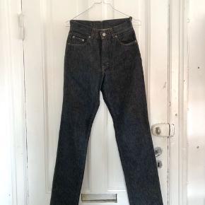 Calvin Klein jeans i en mørk vask. Købt i studio travel vintage, men har selv aldrig brugt dem siden de er alt for små. Størrelsen står til 27 i taljen, men i virkeligheden svarer de måske til en 25.   De har et meget lille hul bagpå til venstre, som nemt ville kunne repareres hvis det var.