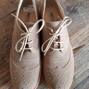 Helt nye sko fra Angulus i ruskind med nitter. De er lysebrune eller mørk beige farvede. Virkelig flotte