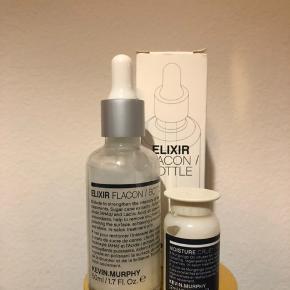 Kevin Murphy ELIXIR FLACON/BOTTLE er en håreliksir med AHA og antioxidanter der fugter og styrker håret samt tilfører det glans. ELIXIR FLACON/BOTTLE er en del af TREAT.ME serien og er et koncentrat, der inden brug skal blandes med Kevin Murphy MOISTURE VIAL/CRUET, THICKENING VIAL/CRUET, ANTI-AGEING VIAL/CRUET eller STRENGHT VIAL/CRUET. Produktet gør det muligt for håret at absorbere de aktive ingredienser i en hårkur eller anden fugtbehandling. Dette produkt er et professionelt salonprodukt.  Anvendelse: Produktet blandes med enten MOISTURE VIAL/CRUET, THICKENING VIAL/CRUET eller STRENGHT VIAL/CRUET. Herefter opdeles håret i sektioner, og mixen sprayes i håret fra hårroden til hårets spidser. Massér i 10 minutter og skyl efterfølgende grundigt.   Fordele: Reducerer knækkede hår, øger hårets elasticitet, styrker beskadiget hår, rig på antioxidanter og aminosyrer, giver et boost til håret.