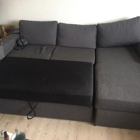 Sofaen er dejlig stor, og har både et stort opbevaring rum (der er massere af plads) samt at den kan slåes ud som sovesofa.  Sofaen er brugt, men ser stadig fin ud, og er udemærket måde at sidde og ligge i (også som sovesofa).  Der er dog enkelte små brændmærker, men det er ikke noget man ser hvis man ikke nærstudere sofaen.