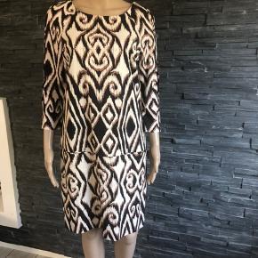 Meget elegant og fin kjole  Brugt 2 gange  Bryst 96 cm Længde 95 cm
