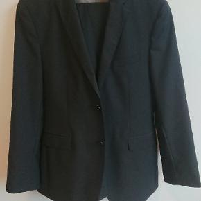 Sort jakkesæt med grå tern. Ren uld. Størrelse 48 Original pris: 4499.00DKK