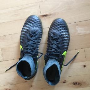 Nike Magista. Super lækre indendørs fodboldsko, fra 2017 dog kun en smule brugt. Det er top model og sidder rigtig godt på foden.