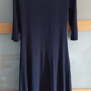Overvejer at sælge min blå og utroligt velsiddende kjole fra mærket Klaes & Myra (som TS ikke kender) - fordi jeg har den helt samme kjole i sort og bare bruger den mere. Str er 42, men en str 40 kan også sagtens bruge den. Nypris var vist ca 800 kr. Sælger den for kun 200 plus porto. NB: Først da jeg havde købt kjolen (som ny i en butik) opdagede jeg den lille løse tråd ved udskæringen. Men da jeg skulle have kjolen på samme aften valgte jeg alligevel at tage den i brug. Jeg har ikke gjort noget ved tråden og den er ikke blevet mere løs (-; Kjolen har derudover ingen fejl - men man kan godt se, at den ikke er ny mere. Se også de andre smukke kjoler, jeg sælger (-: