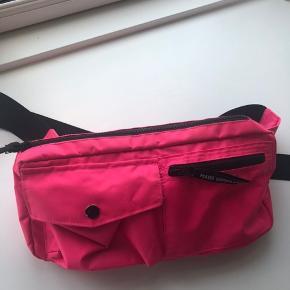 Bel Air Carni bæltetaske fra Mads Nørgaard i neon pink - brugt 1 gang  💰 Betaling via MobilePay 📦 Prisen er uden fragt (køber betaler porto) 📮 Pakker sendes med DAO/GLS/PostNord/Bring (vælg selv) 🚪 Kan prøves samt afhentes i Nørresundby 🚫 Retunerer og bytter ikke 🚭 Røgfrit hjem