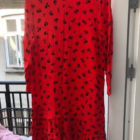 Ganni kjole i rød med sort print. Brugt et par gange, skal bare stryges. Mærket i nakken er gået op i syningen men ellers intet slid. Kan afhentes på Østerbro