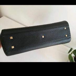 Flot, sort kvalitets lædertaske fra Ecco i ægte læder. Hanke så lange at den også kan bæres over skulderen. Mål: 30 x 25 x 10.  Håndtaske Skuldertaske Skindtaske