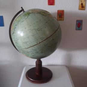 Antik gammel globus.  Er blevet tabt og gået i stykker på midten. Limer man den kan skaden ikke ses   Gammel, fra inden Sovjetunionens fald. Virkelig flot og sjovt at læse landes og haves  gamle navne