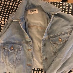 En smule cropped denim jakke Køber betaler fragt