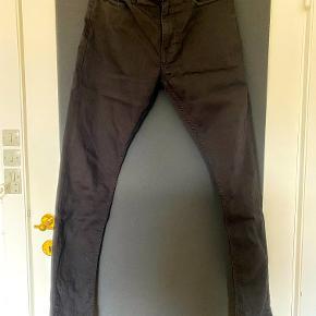 """Str. 30/32. I TS' formular til nye annoncer kan man åbenbart ikke vælge jeansstørrelser i tommer, derfor valgt small som er det jeg som regel bruge i joggingbukser o.lign.    Str. 30/32, sorte (billederne er lidt overbelyste og støvfnug ses tydeligt på bukserne) Samsøe & Samsøe jeans model """"Stefan Jean 5890"""" i slim-fit pasform.  De er desværre er købt liiidt for små, hvilket har resulteret i, at de kun er brugt ganske, ganske lidt og kun vasket få gange.  Et par klassiske sorte herrejeans med slim-fit pasform.  Billeder ser lidt spøjse ud i formatet - jeg ved ikke lige hvad der er gået galt :-) Men jeg kan sende billeder pr. mail el.lign. hvis nogle skulle være interesset i billeder som ikke er aflange i et spøjst format."""