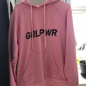 Populær GIRLPOWER-hoodie fra Mads Nørgaard. Brugt en del, men er stadig i rigtig flot stand og der er ingen tegn på slid.