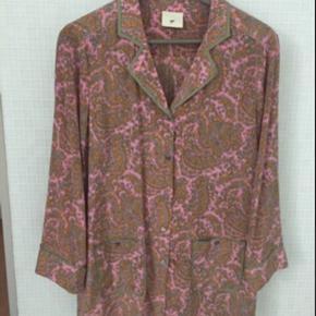 Super lækker silkeskjorte med print Aldrig brugt  Meget behagelig 100% silke med stretch  Str 36 men stor i størrelsen Kan sendes imorgen