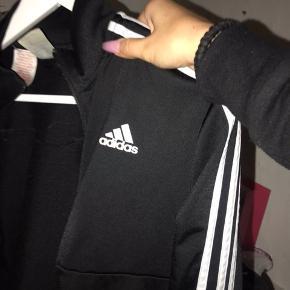 Adidas tracksuit - trøjen er XL med er klart bare en oversized Medium, jeg er 161 og den når lige ned over min numse. Bukserne er Medium. sælges sammen OG seperat - kan mødes både omkring vestegnen, københavn og nordsjælland.