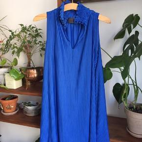 Flot kjole fra Nümph i blå, ny at se på udover slid på knapperne (se billede 3) 🌱