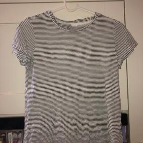 Meget fin t-shirt måske brugt en gang, men det er også det. Er åben for bud :)