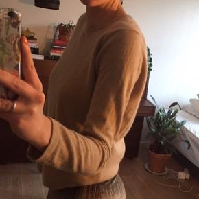 100% CASHMERE sweater. Den er SÅ blød.:)   Der står M i trøjen, men den passer en S.:)  Farven er en mellemting imellem de tø første og det sidste billede...:))  #30dayssellout