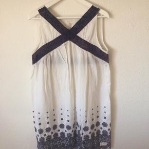 Odd Molly - kjole Str. 3(L) Næsten som ny Farve: hvid med blå Lavet af: 100% cotton Mål: Brystvidde: 102 cm hele vejen rundt Livvidde: 114 cm hele vejen rundt Længde: 93 cm Køber betaler Porto!  >ER ÅBEN FOR BUD<  •Se også mine andre annoncer•  BYTTER IKKE!