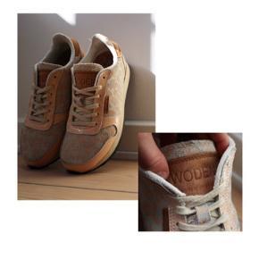 #SundaySellout  Wooden sneakers  - Vejl. pris: omkring 600kr  - Farve: en blanding af Rosa og laksefarvet  - Skoen er lakeret ved hælen  - Skoen er ikke helt den samme model som på billede 3, men modellen minder om    Pasform: - Passer en str. 37
