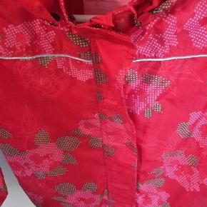 Varetype: Sommerjakke Farve: Rød  Denne super lækre sommerjakke er desværre blevet for lille.  Den fejler intet andet end stroppen i nakken er knækket.  Den sendes som pakke igennem DAO så prisen er lige pt 37 kr.