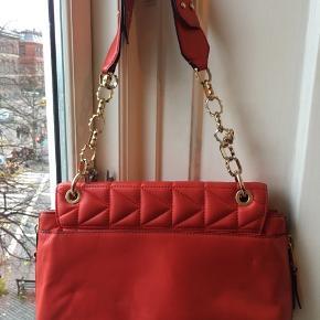 - Postkasserød Karl Lagerfeld taske af lammelæder, god størrelse - Fra 2014 og brugt med lidt slitage, men godt vedligeholdt - Dustbag medfølger  - Mål:  L: 33 B: 8  H: 22