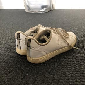 Hvide sneakers fra Adidas - godt brugte Str: 38 Prisen er ikke fast, så byd endelig :)