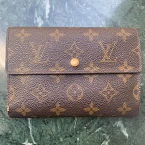 Vintage Louis Vuitton Pung af Monogram Kanvas.  Pungen fremstår i fin velholdt stand, med små brugsspor.  Der medfølger ikke originalt købstilbehør til pungen.  Pungen måler ca 16x11cm.