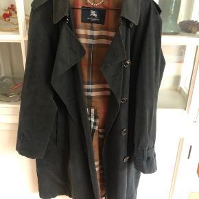 Vintage Burberry trenchcoat, den er en Large, men en onesize. Så den er superfed også som en oversize frakke.  Bælte mangler, men det synes ikke fordi den er oversize.