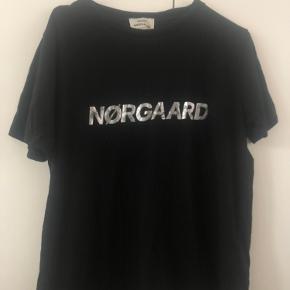 T-shirt fra Mads Nørregaard. Vasket og brugt et par gange