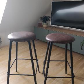 """""""Pedro Barstole"""" fra MyHome. Stolene måler 73 cm i højden, 42 cm i dybden og 42 cm længde, har brunt rengøringsvenligt PU på sædetogsort lakeret stålstel.  Barstolene er kun knapt 1,5 år gamle og fremstår fuldstændig som nye. Nyprisen er 599 kr. per stol."""