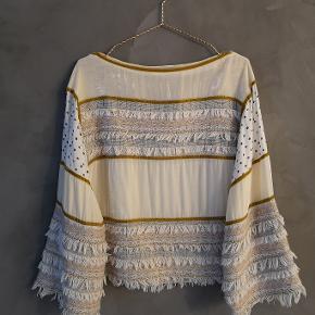 Super fin bluse fra See By Chloe. Jeg har stortset ikke brugt den og den er som ny. Fejler intet og der er ingen tegn på brug.  Fransk str 36 og stor i størrelsen. Passer dk str 36/38.  Bryst ca 51x2 cm Længde ca 55 cm