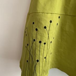 Flot Combi Dress str. M med sort elastisk bomulds overdel og vissengrøn nederdel med print, nederdelen er foret. Brugt to gange, i flot stand. Mærket: NOVEDADES DORINS; Barcelona. Længde 90 cm. Fra ikke ryger hjem.