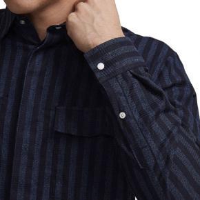 Virkelig fed NN07 ALVARO 5075 MØRKEBLÅ STRIBET OVERSKJORTE! Fejler absolut ingenting, kun brugt få gange. Virkelig lækkert stof, som gør at skjorten skiller sig ud fra andre skjorter.