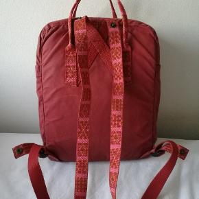 Fjällräven rygsæk med mønstret seler sælges. Nypris 799 kr.