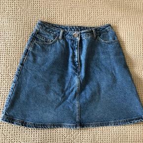 Fed cowboynederdel i A-facon fra American Vintage sælges. Nederdelen kan både bruges til hverdag og fest, og passer perfekt ind i en forårs- og sommergarderobe. Størrelsen på nederdelen er M, men den kan også passes af en S. Sælges da den desværre er for stor. Køber betaler fragt, hvis varen skal sendes.