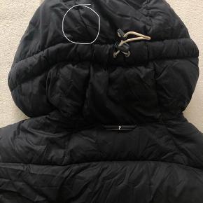 Lækker vinterjakke (damemodel) der holder dig godt varm på en kold vinterdag!   Brugt, men i pæn stand. Dog med en lille plet på hætten omme i nakken (ikke prøvet at vaske af) og to små huller ved ærmet. Byd gerne :)