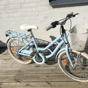 Fin lyseblå pigecykel 7-9 år. Fin cykel med 3 gear. dog med rust hist og her- men er ellers en go cykel.