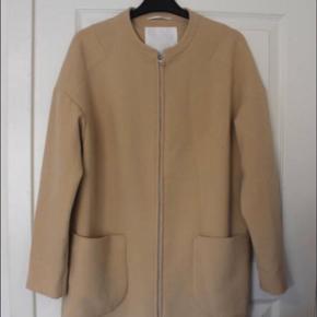 Flot lang frakke fra InWear med fine detaljer  Aldrig brugt  Se også mine andre annoncer