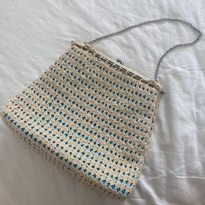 Hæklet vintage håndtaske med kæde-rem. Turkis indeni, hvilket ses gennem hæklingen. Købt på vintagemarked på Koldinghus. I fin stand.