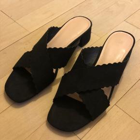 Super sød sandal med lille hæl. Brugt en enkelt gang