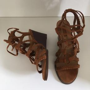 Fine sandaler fra Forever 21. Har prøvet dem på, men ellers aldrig brugt.  Farven er en lys brun.  De har kilehæl, så er nemme at gå i. Hælhøjden er cirka 6 cm.  Sender gerne flere billeder :)