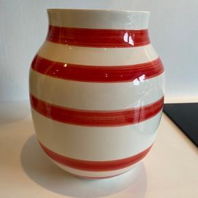 FLYTTE SALG‼️  3 for 2 få det billigste item med gratis‼️  Kähler Omaggio vase i rød særlig mordsags udgave kan ikke købes længere.   ❌Bytter ikke 💵Betaling med Mobilepay eller Trendsales salg 🛍Afhentning i Vanløse 📦 Sendes KUN gennem Trendsales
