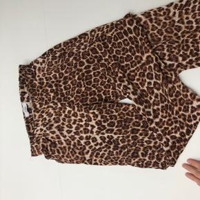 Leopard Bukser Samsøe Samsøe 🤎 Str xs, men fitter s / xs  De er brugt en smule, men fejler intet og er i god stand  Np 800kr   BYD