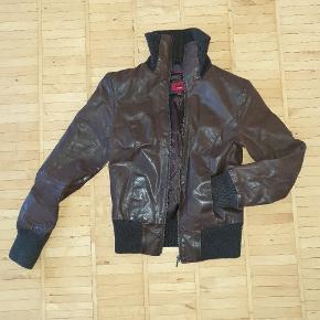 100% læder jakke, brun fra KAOS str. 36 med lynlås og lommer