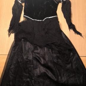 Sort hekse halloween/fastelavnskostume. Brugt et par gange.  Nederdel og top er seperat. Ren og klar til brug.😊