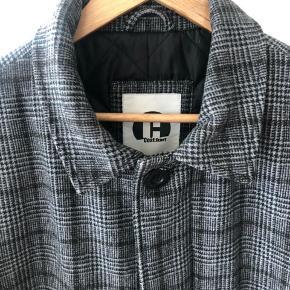 Skøn frakke fra Carhartt. Str L. Hos os har den passet indtil min søn blev 14. Se de mange andre lækre jakker jeg også sælger. Dun og uld.