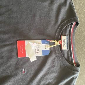 Sælger to stk t-shirt. De er helt nye med prismærke.   Np var 300 Mp 185