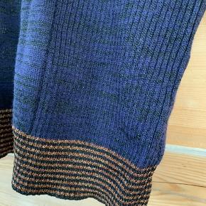 Smuk bluse i let strik med detaljer.   Har den matchende nederdel til.   Style: Vened  200 kr inkl port  Hele sættet for 300kr inkl Porto