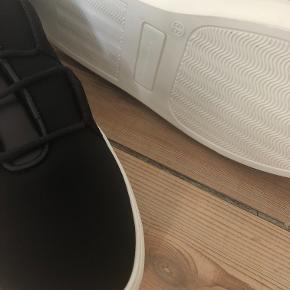 Helt nye gummisko fra By Malene Birger. Modelnavn: Lakana Shoe Black  Nypris: 1899,-  Både æske, skopose og ekstra snørebånd medfølger.  De har kun været oppe af æsken for disse fotos.
