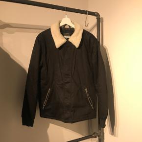 Sort jakke fra River Island Købt i London  Perfekt til den nye årstid vi går i møde!!  Skriv endeligt for mere information  Se mine andre annoncer, massere af nye og brugte varer til salg